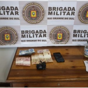 Brigada Militar aborda táxi e apreende drogas