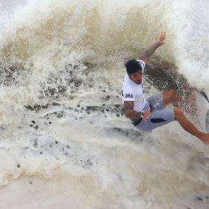 Olimpíada: Gabriel Medina brilha e alcança semifinal do surfe