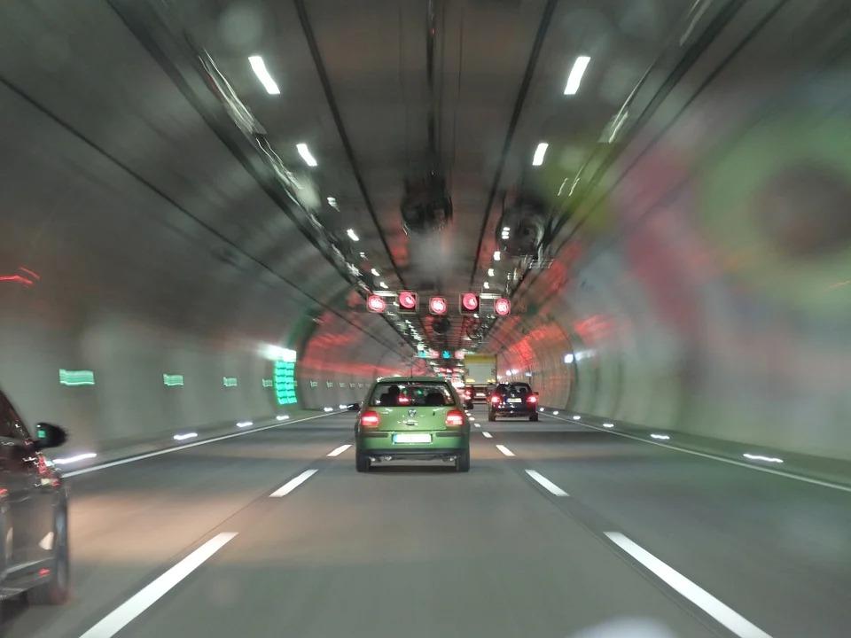 Como são determinadas as velocidades máximas das avenidas?