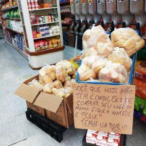 Minimercado dá pão e leite para quem não tem condições de comprar café da manhã