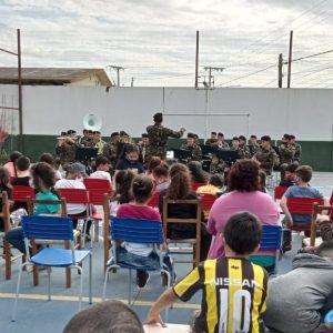 Fanfarra do 7° RCMec realiza apresentação na escola Professor Dias