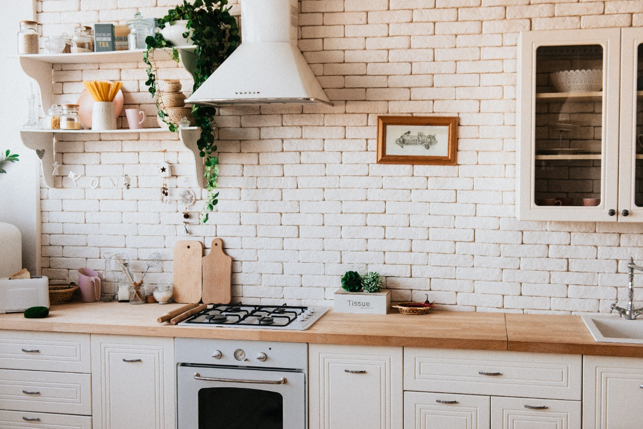 Como combinar as cores dos móveis de cozinha com as dos objetos decorativos?