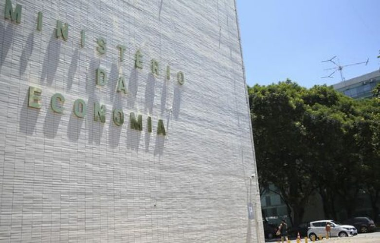 Começam a ser trocados os nomes nas fachadas de ministérios, em Brasília.